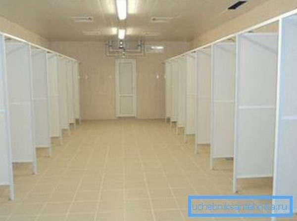 Представлены готовые перегородки для душевых из пластика в общей комнате.
