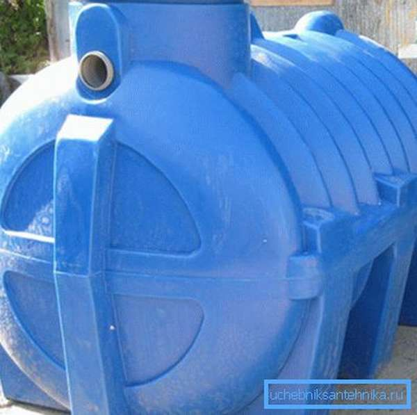 При больших объемах сточных вод в землю закапывается специальная емкость -септик - очищающая воду