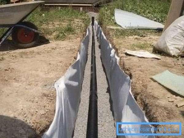 При неглубокой прокладке очень важно сделать прочную и ровную подсыпку щебнем или гравием