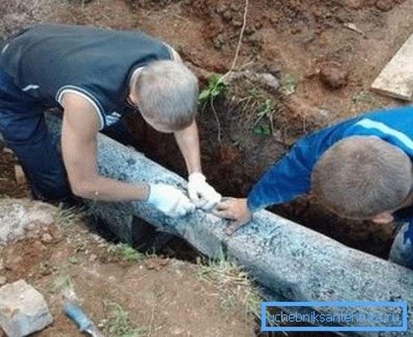 При обустройстве канализации не забудьте о ее утеплении