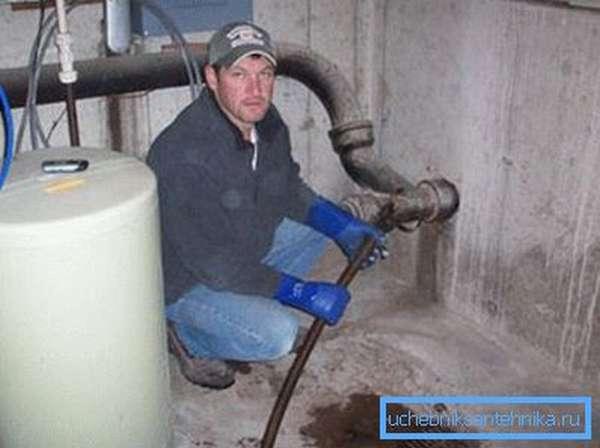 При работе рекомендуем немного отдалиться от очага воздействия. В любой момент может хлынуть вода (или нечто другое)