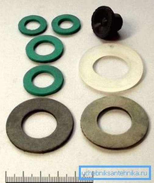 При разборке конструкции сразу стоит позаботиться о том, чтобы иметь в наличии полный комплект резиновых или силиконовых уплотнителей, которые меняют в обязательном порядке
