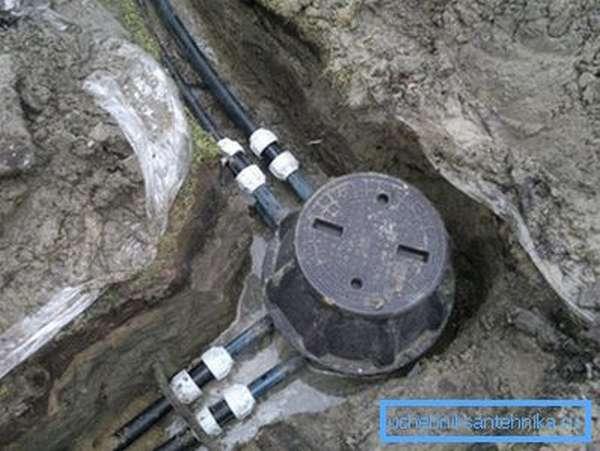 При размещении в обводненном грунте бетонное основание обязательно!