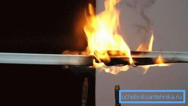 При сгорании ПВХ выделяется токсичный газ.