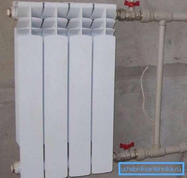 При таком обустройстве радиатор можно полностью изолировать своими руками