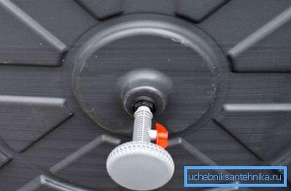 При выборе положения бочки не забудьте учесть место расположения лейки, пластиковые бочки для душа на дачу выпускаются с различными вариантами размещения дождика