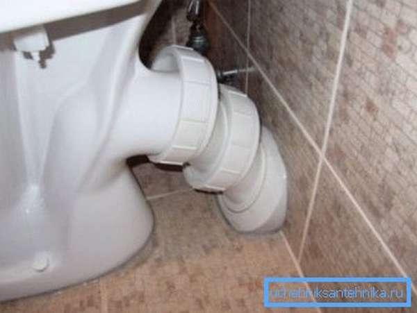 Приборы с косым патрубком легко монтируются в туалете