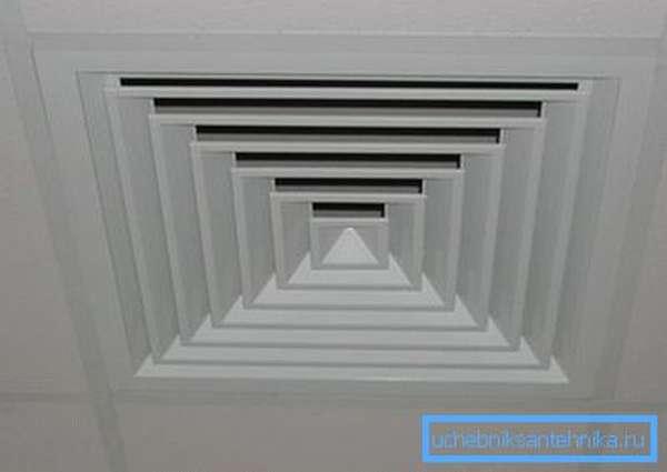 Применение маскировки с помощью фальш-конструкций оставляет видимыми только пластиковые потолочные вентиляционные решетки.