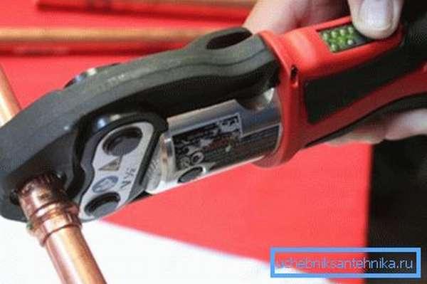 Применение ручного инструмента для работы с медными трубами