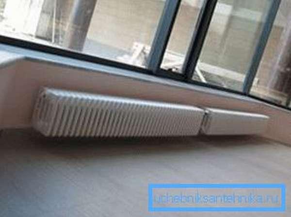 Пример батареи в комнате с большими окнами