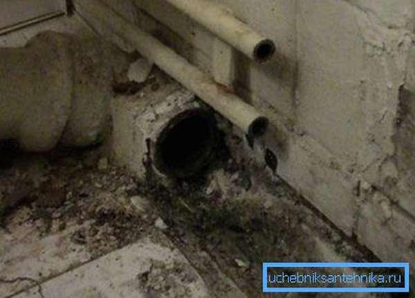 Пример чугунной канализационной трубы с вынутой пробкой