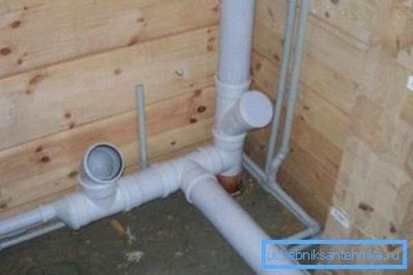 Пример использования заглушки для ревизионного фитинга канализации