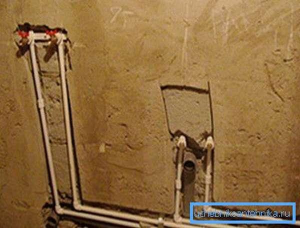 Пример расположения трубопроводов в стене.