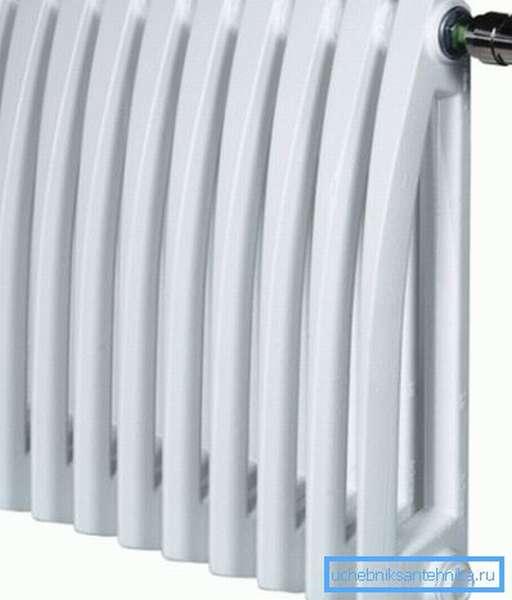 Пример того, как выглядят современные белые чугунные радиаторы с нижним подключением