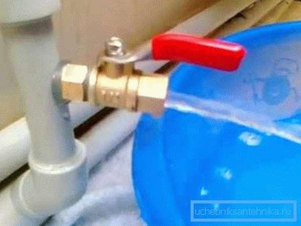 Пример удаления воды из радиатора отопления