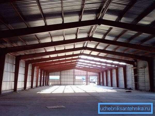 Примером постройки из последней категории может послужить холодный склад на фото.