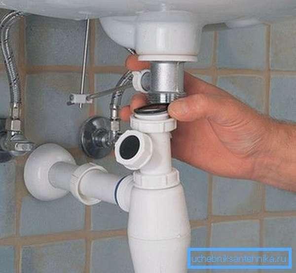 Прочистка сифона поможет решить проблему неприятного запаха