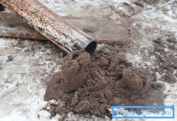 Продолжаем работать, пока из желонки выходит грязь и песок.