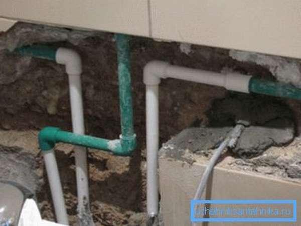 Прокладка водопровода в стене – не лучший вариант