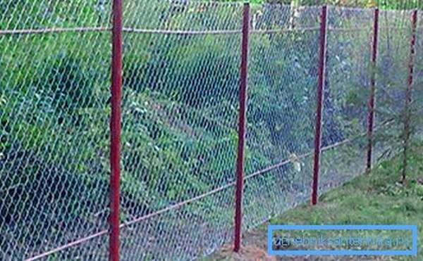 Простейшая конструкция из металлической сетки не нуждается в прочном основании, но укрепить место посадки опор нужно в обязательном порядке