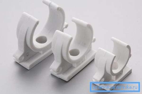 Простейшая пластиковая скоба, которая фиксируется с помощью ударного дюбеля