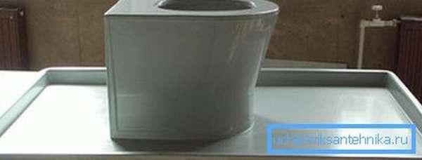 Простейшая стеклопластиковая модель, которая изготовлена в монолитном виде вместе с полкой