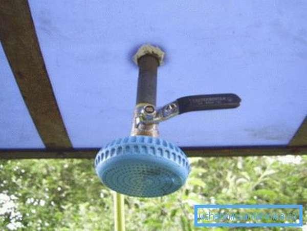 Простейшее техническое решение, позволяющее реализовать контролируемый слив воды из бака с последующим распылением
