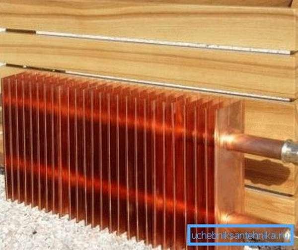 Простейший медный радиатор с деревянным кожухом.