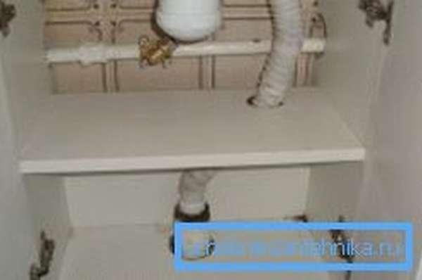 Простейший принцип размещения систем канализации и подачи воды в корпусе подобной мебели