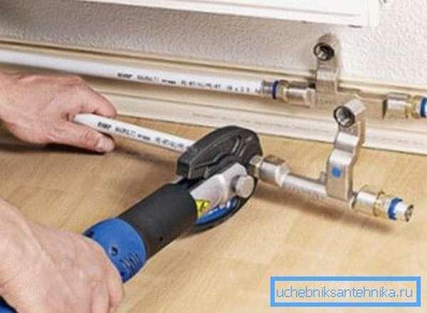 Простой и быстрый монтаж – одна из главных особенностей, которая отличает пластиковые трубы отопления.