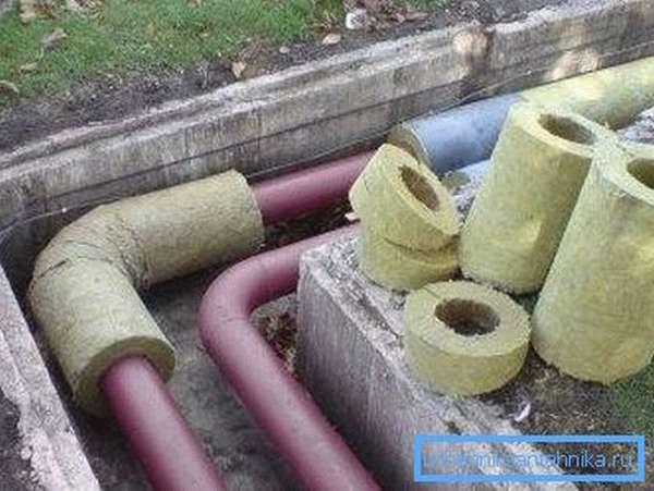 Процесс изоляции канализационного канала от холода.