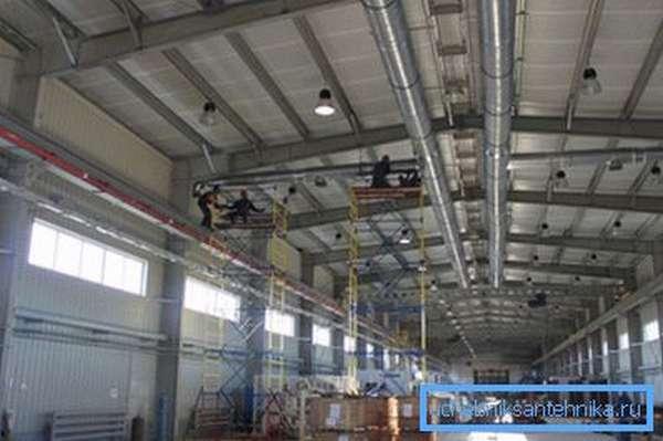 Процесс монтажа вентиляционной системы