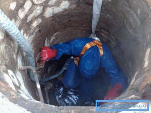Процесс оштукатуривания мелких трещин в шахте.