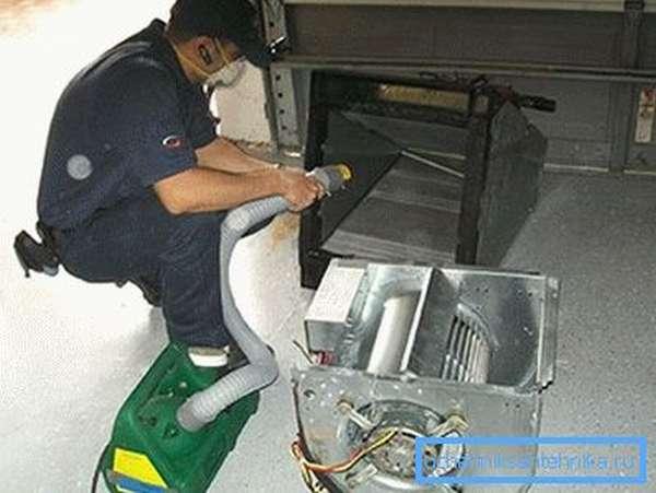 Процесс работы с отдельными узлами заключается в типовой промывке и обеззараживании, что можно сделать с использованием специального ручного устройства в виде пылесоса