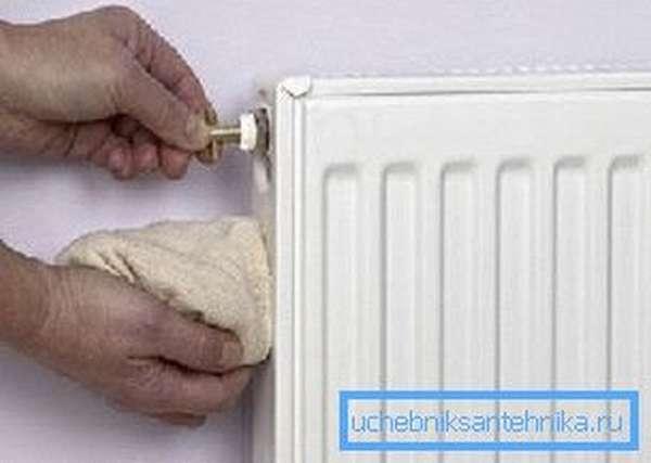 Процесс удаления воздуха прост – берете специальный ключик и слегка отворачиваете кран Маевского, из него выходит воздух, а затем начинает течь вода, поэтому нужна тряпка, чтобы не забрызгать пол и стены