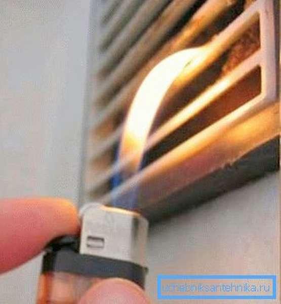 Проверить работоспособность вентиляции легко, достаточно поднести к ней зажженную спичку или зажигалку (как на фото)