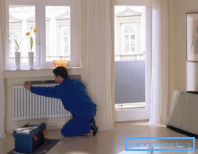 Проверка положения радиатора строительным уровнем