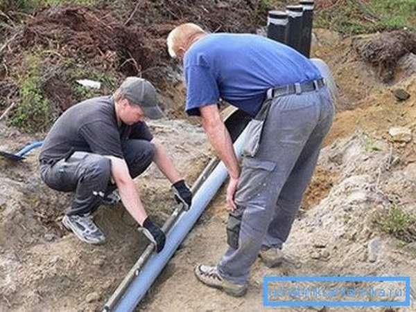 Проверка уклона канализационной трубы