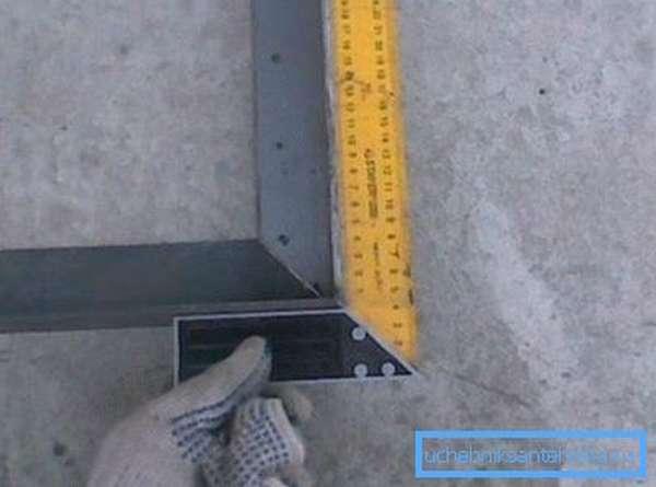 Проверяем углы строительным угольником