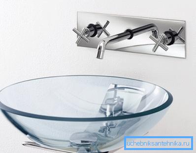 Прозрачная чаша на тонком кронштейне из хромированной стали.