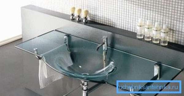 Прозрачная раковина для ванной в минималистически оформленном интерьере