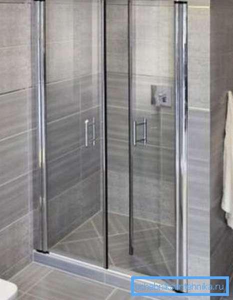 Прозрачные створки – хороший выбор для ванной или душевой