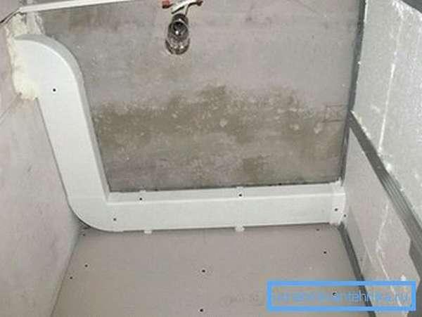 Прямоугольную трубу легче спрятать за подвесной потолок.