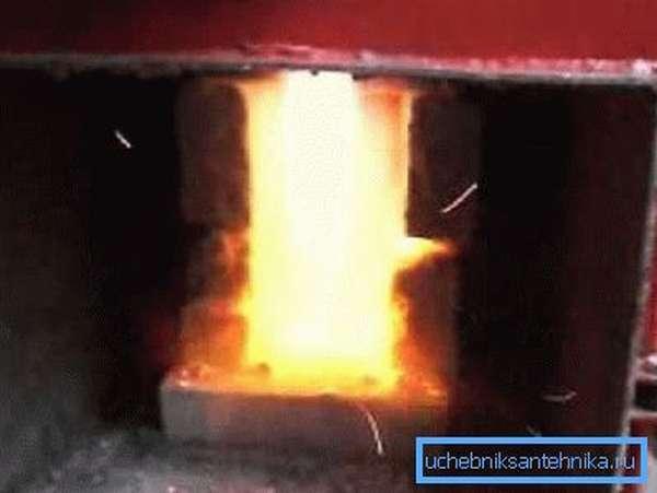Работа топки похожа на сжигание природного газа в газовом котле.