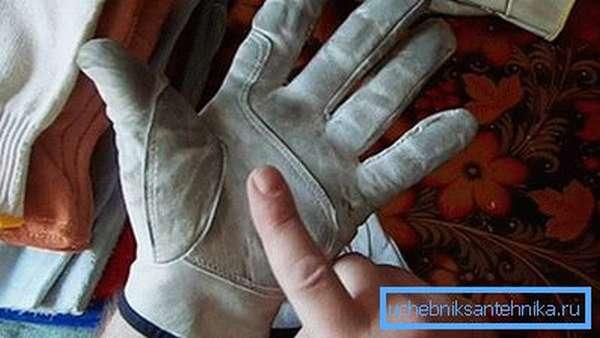 Работать нужно в перчатках