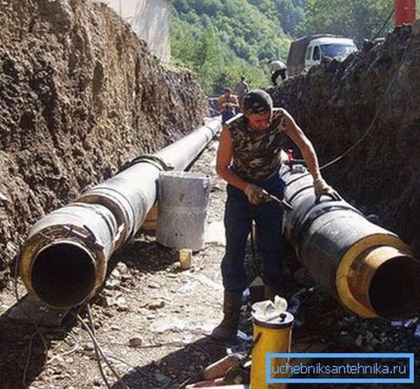 Работы по утеплению трубопровода