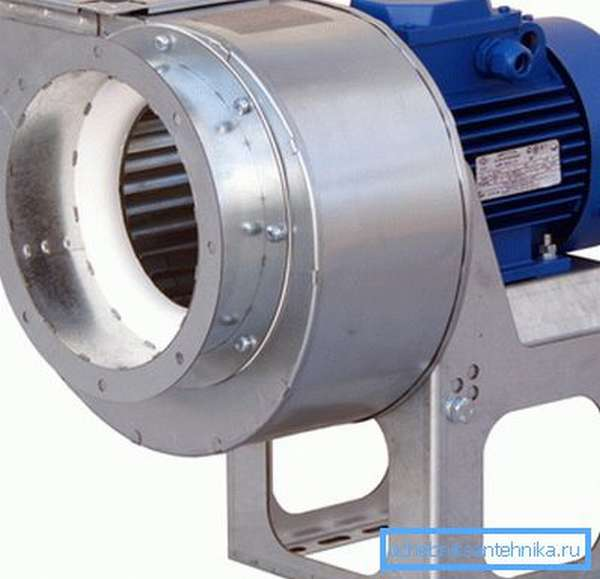 Радиальный вентилятор создает большее давление при большем уровне шума.