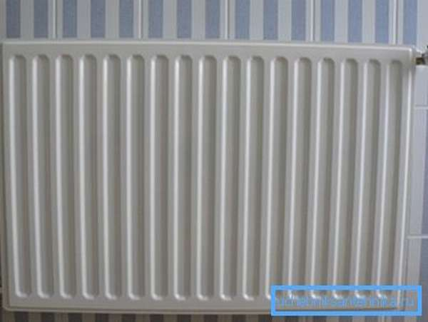 Радиатор, обогревающий помещение за счёт подающегося в него теплоносителя