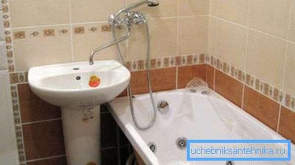 Раковина без смесителя может эксплуатироваться с прибором, закрепленным над ванной.