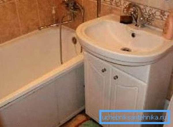 Раковина для туалета с тумбой под хозпринадлежности